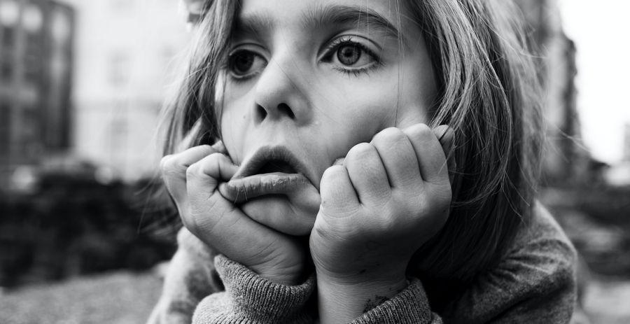 Une petite fille qui a fait trop de visio-conférence pendant le confinement